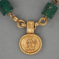 Collana in oro con medaglione raffigurante una dea, Egitto, periodo romano (30 aC - 300 dC)