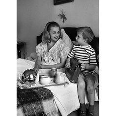"""Les plus belles photos des #archives de @parismatch_magazine - Cette photo de #JeanneMoreau et de son fils Jérôme prise en #1956 illustre un article paru dans #ParisMatch en #1960. Le magazine titre """"Réunis par le drame"""". Jeanne #Moreau et son mari vivaient séparés lorsque leur enfant le petit Jérôme a un accident d'auto et il est dans le coma. À  son chevet les parents sont fous d'angoisse. C'est le jeune premier #JeanPaulBelmondo qui était au volant. Blessé il ne cesse de répéter: """"Comment…"""