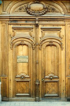 love the door but I would paint it a different color to bring out all the carvings and hues of light at different times of the day. Door Entryway, Entrance Doors, Doorway, Vintage Doors, Antique Doors, Door Detail, Knobs And Knockers, Cool Doors, Door Gate
