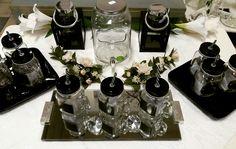 Hauska yksityiskohta kesän juhlien kattaukseen ovat pillimukit! Näiden lasimukien kylkeen voit kirjoittaa vieraiden nimet mukana tulevalla liidulla! Käytä esimerkiksi paikkakorttien sijaan ja anna mukaan vieraslahjaksi! 😊