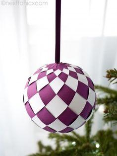 Zelfgemaakte kerstbal van paars en wit