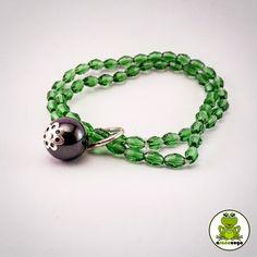Su Coccu in un doppio bracciale con grani trasparenti verdi