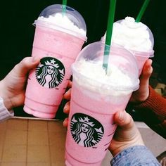 Getting that perfect Insta pic down at your local Starbucks is a tricky business, but it will sure be easier with these gorgeous girly Starbucks pink drinks! Milk Shakes, Comida Do Starbucks, Bebidas Do Starbucks, Pink Drinks, Summer Drinks, Colorful Drinks, Frappuccino, Frappe, Kreative Desserts