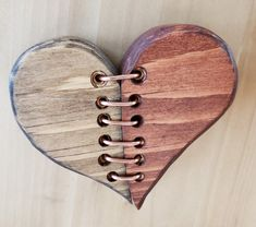 Pallet Crafts, Pallet Art, Wood Crafts, Wooden Hearts Crafts, Woodworking Projects Diy, Wood Projects, Rustic Wood Furniture, Creation Deco, Heart Crafts