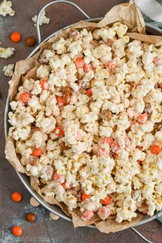 This Pumpkin Spice White Chocolate Popcorn is very simple to make but delicious and addictive! A great popcorn recipe perfect for celebrations and parties! Peanut Butter No Bake, Peanut Butter Oatmeal, Popcorn Recipes, Dessert Recipes, Yummy Recipes, Popcorn Snacks, Amish Recipes, Candy Recipes, Pizza Recipes