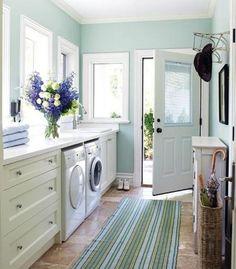 ランドリールームとは、洗濯やアイロンがけなどの家事を行うスペースで、大小様々ですが、欧米ではほとんどの家に備わっています。最近では日本のマンションでも付いているところがありますし、家をつくる際に導入する方も増えています。どんな風にすれば使いやすく・おしゃれなランドリールームになるのでしょうか?