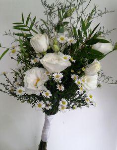 ramo de novia campestre con lisianthus y follaje