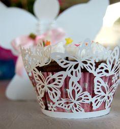 Cupcake Wrappers Rendados #cupcake #renda #saiadecupcake #saia #enfeite #renda #aniversário #mesa #doces #decoração #branco #casamento #batizado #borboletas