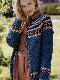 This top-down cardigan from Novita Nalle yarn features six different colors in the yoke, sleeves and hem. Working your way down, the intricate cable pattern requires constant attention. Loom Knitting Patterns, Knitting Stitches, Knitting Socks, Free Knitting, Stitch Patterns, Knitting Tutorials, Garter Stitch, Vintage Knitting, Crochet Granny