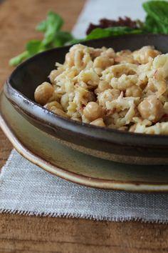 Salada de grão de bico e maçã com molho tahini
