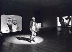Peter Campus premières installations jouant avec l'image du spectateur avec vitres caméras et miroirs.