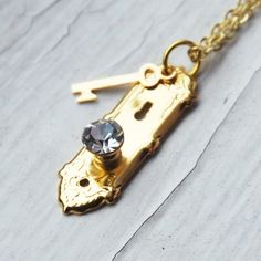 Beautiful Jewelry Alice in Wonderland Golden Doorknob and Key Necklace - Alice in Wonderland inspired crystal doorknob and key necklace. Very sweet, vintage Cute Jewelry, Jewelry Accessories, Jewelry Design, Unique Jewelry, Indian Jewelry, Cheap Jewelry, Handmade Jewelry, Ring Armband, Jewelery