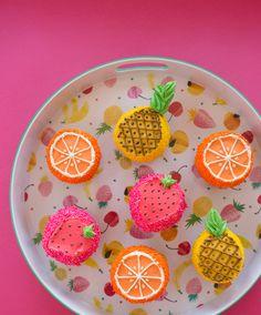 Fruit Cupcakes ~ Such a cute Summer dessert idea! Fruity Cupcakes, Cute Cupcakes, Pineapple Cupcakes, Tropical Cupcakes, Decorated Cupcakes, Cakes Originales, Trophy Cupcakes, Cute Food, Yummy Food