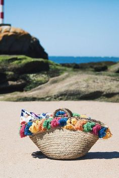 Come personalizzare la borsa in paglia vogue.fr Beach Basket, Boho Bags, Craft Bags, Couture Bags, Basket Bag, Summer Bags, Custom Bags, Mode Style, Handmade Bags