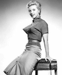 Don't poke your eyes out! ~Vintage pin up pic ~ model on cone bra Vintage Chic, Moda Vintage, Vintage Beauty, Vintage Fashion, 1950s Fashion, Vintage Tops, Lingerie Vintage, Moda Retro, Estilo Pin Up
