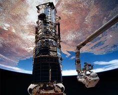 """O astronauta americano Story Musgrave participou de três das cinco caminhadas espaciais na primeira missão de reparos do telescópio Hubble em 1993, que ele descreveu simplesmente como """"um balé"""". Ele era considerado uma """"figura"""", até mesmo pelos colegas, e costumava dormir de cabeça para baixo, como um morcego, a fim de se preparar para missões espaciais.  Fotografia:  Nasa."""