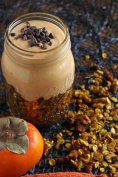 Spiced Müsli mit Kokoscreme und Persimmon