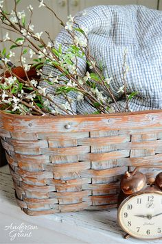 What can you do with a picnic basket that has a broken handle? Why not turn it into a great decorative storage basket like this one? It's a simple DIY project you can do in an afternoon! Painted Baskets, Wicker Baskets, Picnic Baskets, Make Chalk Paint, Chalk Painting, Milk Paint, Vibeke Design, Do It Yourself Inspiration, Basket Decoration