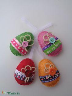 Sweet little felt eggs. Should be good fun with kids. Baba, Hobbit, Baby Shoes, Eggs, Felt, Easter, Christmas Ornaments, Holiday Decor, Diy