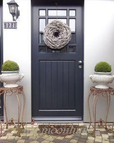 Het Moonhuis/mooie kleur deur met mooie krans