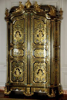 A beautiful lacquered armoire in the Dauphin's Apartment in the Palace of Versailles. Victorian Furniture, French Furniture, Classic Furniture, Antique Furniture, Painted Furniture, Furniture Design, Chateau Versailles, Palace Of Versailles, Style Français