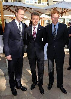 Pin for Later: Célébrités et Famille Royale, Lorsque Deux Mondes Se Rencontrent  David Beckham, le Prince Harry, et le Prince William ont posé ensemble en Juin 2010 à Johannesburg, en Afrique du Sud, lors de la FIFA World Cup.