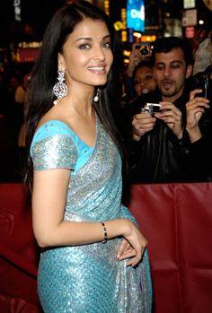 Aishwarya Rai Bachchan's earrings at the Guru New York premiere. Aishwarya Rai Photo, Actress Aishwarya Rai, Bollywood Actress, Indian Dresses, Indian Outfits, Chiffon Saree, Saree Dress, Saree Blouse, Sari
