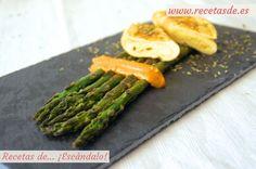 Espárragos verdes a la plancha con salsa romesco y rollitos de tortilla