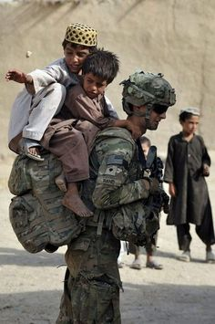No load to heavy to carry for our men and women in uniform. US army troops in Afghanistan Soldado Universal, Military Love, Real Hero, American Soldiers, American Pride, Faith In Humanity, God Bless America, Before Us, Us Army