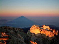 La sombra del Teide al amanecer.