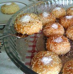 Şerbetli ama bir o kadarda lezzetli ve hafif bir tatlı tarifi Susamlı Balpare şimdi sizler için yayında.