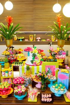 THE Hawaiian Party Decoration can be made through great taste and creativity, in this matter you will find 30 inspiring models, which will be useful in creating Aloha Party, Moana Birthday Party, Hawaiian Birthday, Moana Party, Luau Birthday, Luau Party, Birthday Parties, Flamingo Party, Flamingo Birthday