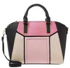 New Look Wendy Bolso De Mano Pink Black Cuando Imaginamos El Glamour Cuando imaginamos el glamour de los años cuarenta o cincuenta, los bolsos de asa corta se perfilan como complementos clave que llevaron estrellas y celebridades de aquellos años.