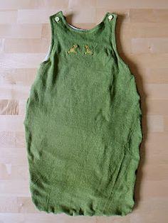 Babyschlafsack aus Frotteebettlaken und T-Shirt