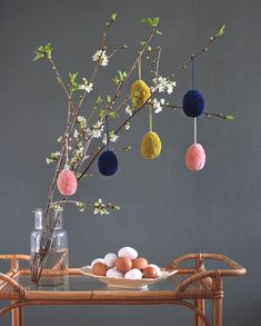 Cute yarn balls (pom poms) as Easter eggs. Tutorial in pictures. Making Easter Eggs, Easy Easter Crafts, Easter Decor, Yarn Ball, Weekend Projects, Deco Table, Diy Craft Projects, Diy Gifts, Egg Tree