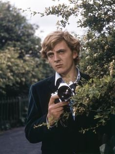 Photo: Blow-up by Michelangelo Antonioni - with David Hemmings, 1966 (photo) : Hooray For Hollywood, Hollywood Stars, Artistic Photography, Film Photography, David Hemmings, My Babysitter, British Celebrities, Michelangelo Antonioni, Classic Camera