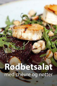 Bakt rødbetsalat med lun chèvre og ristede hasselnøtter. Oppskrift fra Lise Finckenhagen. Salad Recipes, Chicken, Drinks, Food, Drinking, Beverages, Essen, Drink, Meals