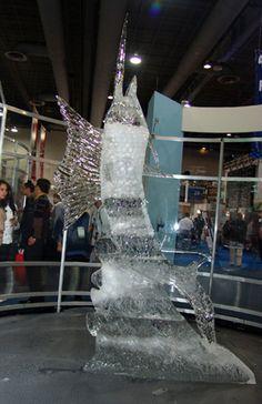 el Chef Uaeh nos deja un pez de tres metros y medio...¡esto sí que es una medida perfecta para el arte en hielo! Chef Uaeh con pez de hielo saltando entre las olas