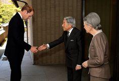 Prinz beim Kaiser: Bei seinem ersten Besuch in Japan war der britische Prinz William beim japanischen Kaiserpaar im Palast in Tokio zu Gast und hat mit Kaiser Akihito und kaiserin Michiko zu Mittag gegessen. Am 28. Februar will William den Nordosten Japans besuchen, wo er Überlebende des Erdbebens von 2011 trifft. Nach seinem viertägigen Japan-Aufenthalt reist er dann weiter nach China. Mehr Bilder des Tages: http://www.nachrichten.at/nachrichten/bilder_des_tages/ (Bild: EPA)