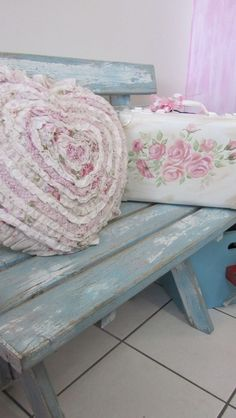 Shabby Chic bench made with pallets