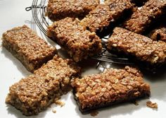Granola Bar >>> Easy and healthy! Save money on buying breakfast bars. Peach Baked Oatmeal, Muesli Slice, Muesli Bars, Healthy Protein Bars, Coconut Protein, Coconut Bars, Milk Protein, Protein Fruit, Almond Bars