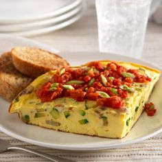 Tortilla de Zucchini con Salsa de Tomate y Cebolla: Tortilla de huevo rellena con zucchini y champiñones con una sencilla y sabrosa salsa de tomates con cebollas