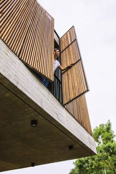 Arquitectura que inspira Parasols made with kiri, a light, hard wood with few knots for a robust sys Bamboo Architecture, Tropical Architecture, Facade Architecture, Facade Design, Door Design, Exterior Design, Timber Screens, Timber Cladding, Wood Facade