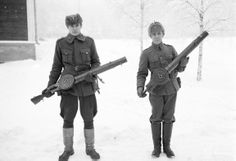 Two Finnish soldiers display their Lewis guns, light MGs of American design used primarily during WW1. A standout with its pan magazine, firing thr 7.92x57 mm round, the Lewis found itself in many parts of Europe after WW1. The Finnish army had obtained some in the secondary market and put them into service throughout the war with the USSR.