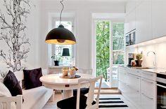 Stilrent kök med balkong och rymlig matplats