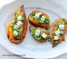 Kleurrijke gepofte zoete aardappel met spinazie, geitenkaas en lekker wat knoflook. Een feestje op je bord! Serveer als lunch of als bijgerecht.