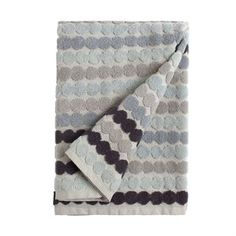 The stylish Räsymatto towel comes from Finnish Marimekko. The dotted pattern is a true classic designed by Maija Louekari and will never go out of fashion. A pair of new towels is an easy way to create a new style in the bathroom and these ones are soft and comfy for your hands and body. Choose between different sizes!