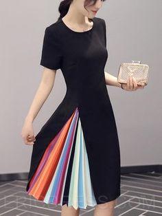 miren este vestido es súper lindo y muy creativo con ese estilo libro de colore que tiene en la falda.
