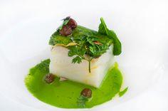 Bacalao confitado en aceite de oliva virgen con costra de aceituna verde y espinaca. Pruébalo en http://www.zelebri.com/chef/jesus-almagro