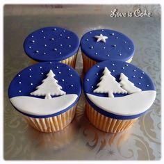 Wintery Christmas cupcakes - These were made to go with a big christmas cake I made in the same theme. See my other photos. Winter Cupcakes, Christmas Cupcakes Decoration, Christmas Cake Designs, Christmas Cupcake Toppers, Blue Cupcakes, Holiday Cupcakes, Themed Cupcakes, Xmas Food, Christmas Sweets